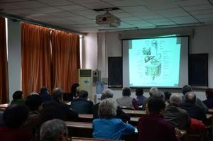 南開醫院消化科唐豔萍主任講授老年人消化系統潰瘍病的防治知識。